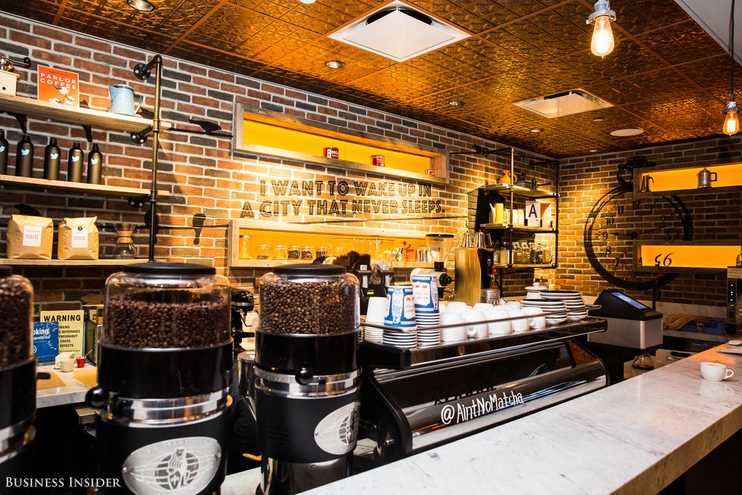 コーヒー豆やカップが並ぶカウンターの様子