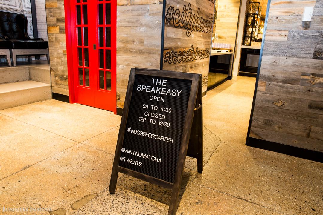 カフェ「THE SPEAKEASY」入り口の案内看板