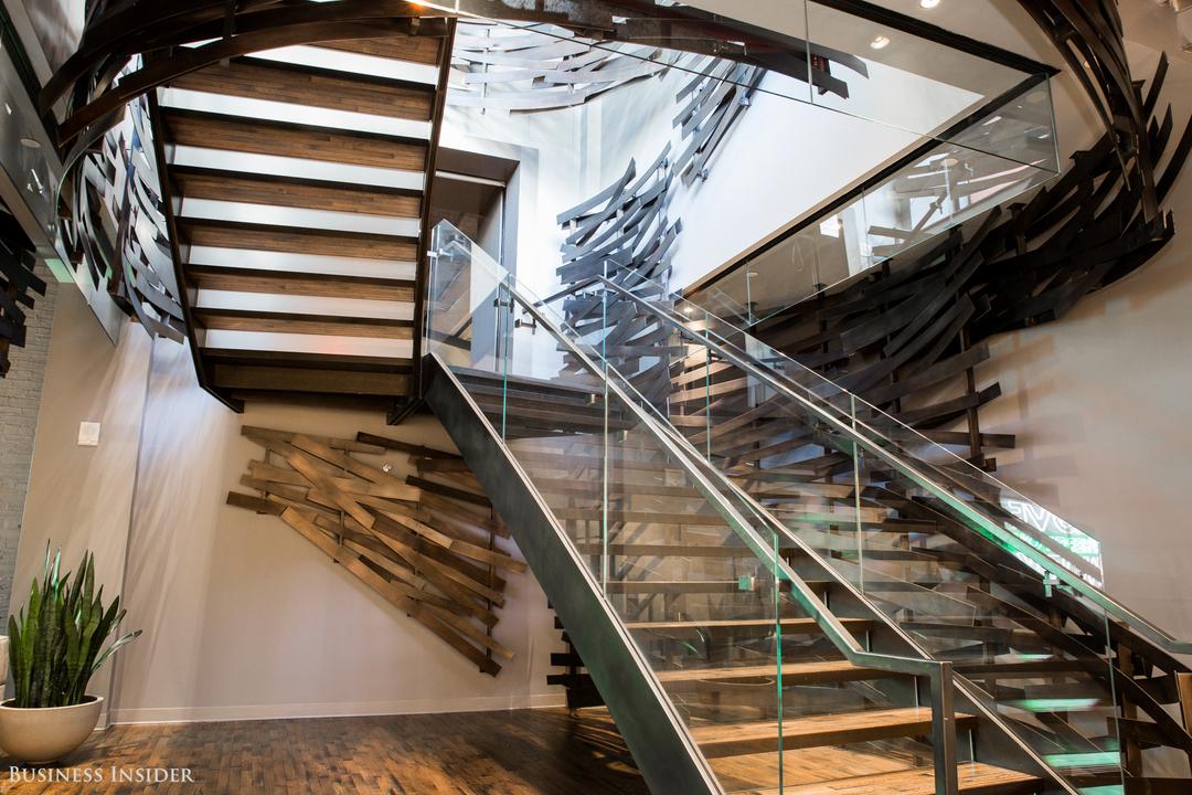 鳥の巣のようなアートが施されたオフィスの階段