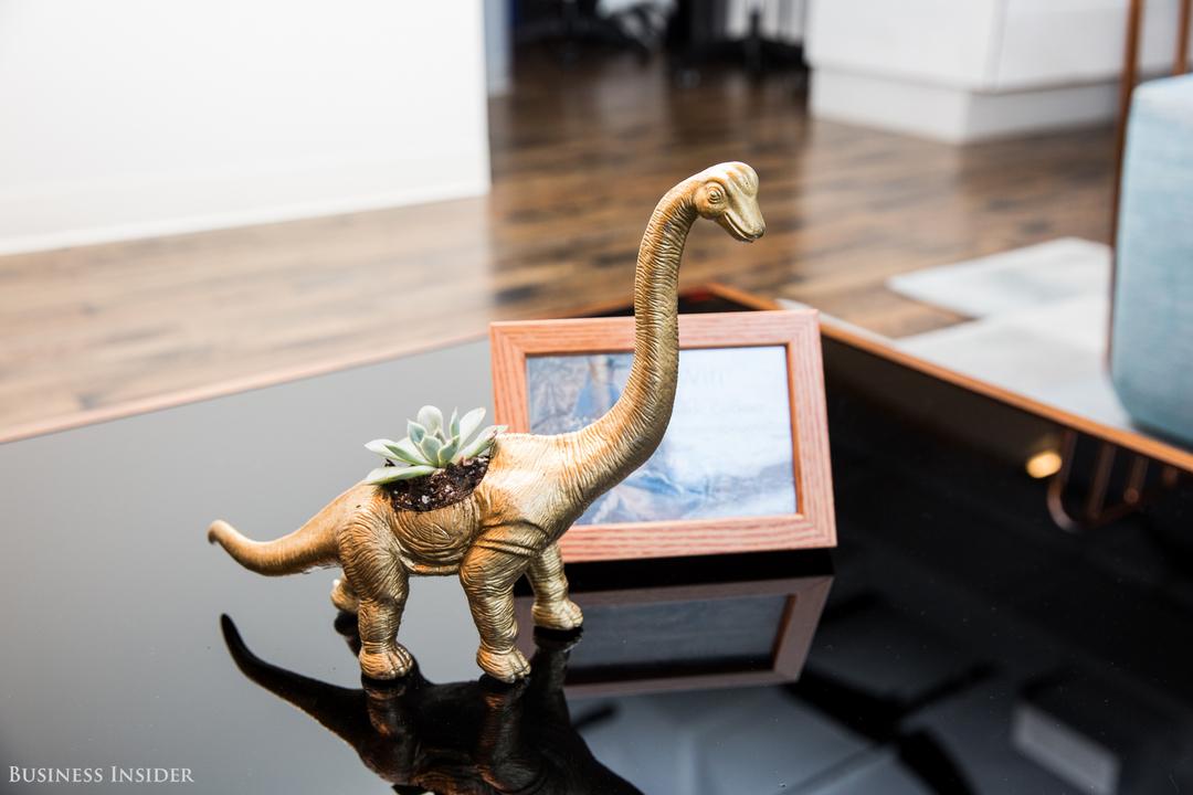 恐竜型のポットに入った多肉植物