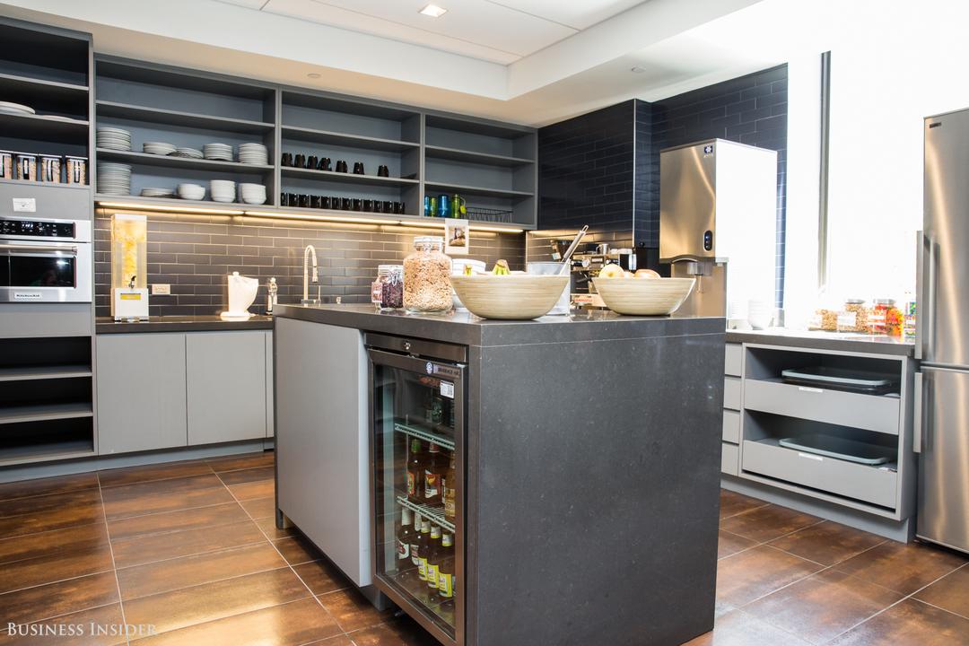 ガラス戸の冷蔵庫があるアイランドキッチン。
