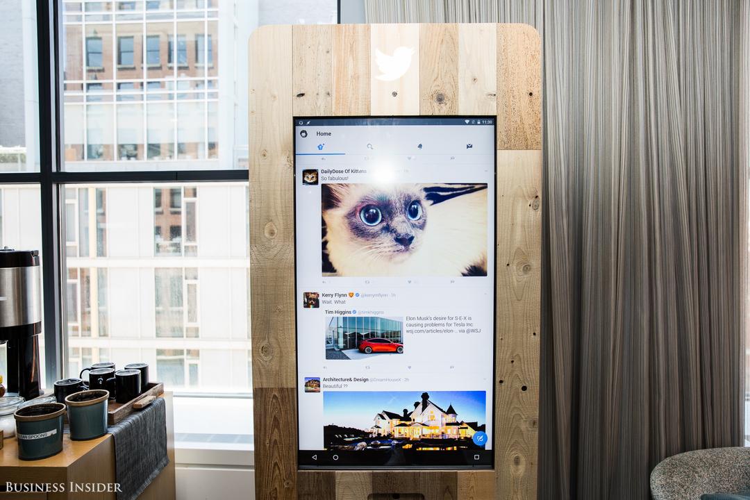 コーヒーバー横の大きなタッチスクリーン