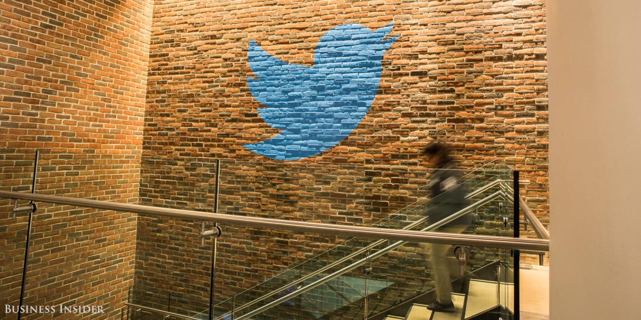 レンガの壁に描かれたTwitterロゴ