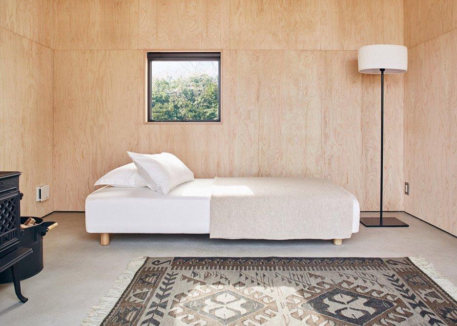 ツインベッドを置いてカーペットを敷いた室内風景