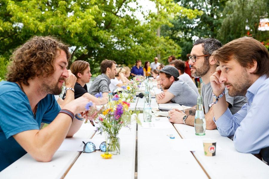 テーブルで話をする人々