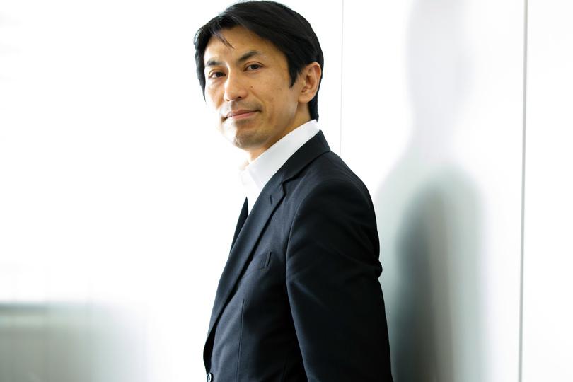 インタビューに応じる伊藤禎則参事官