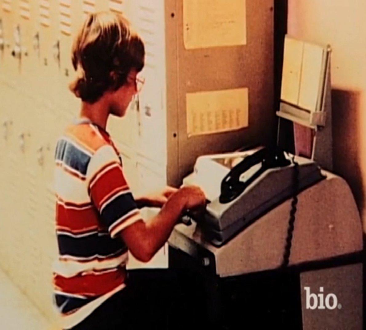 初期のコンピュータの前に座る若き日のベゾス。