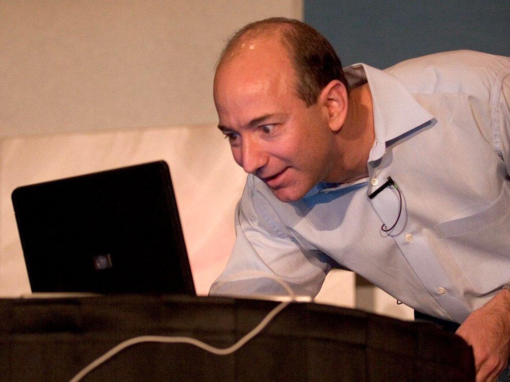 PCを確認するジェフ・ベゾス