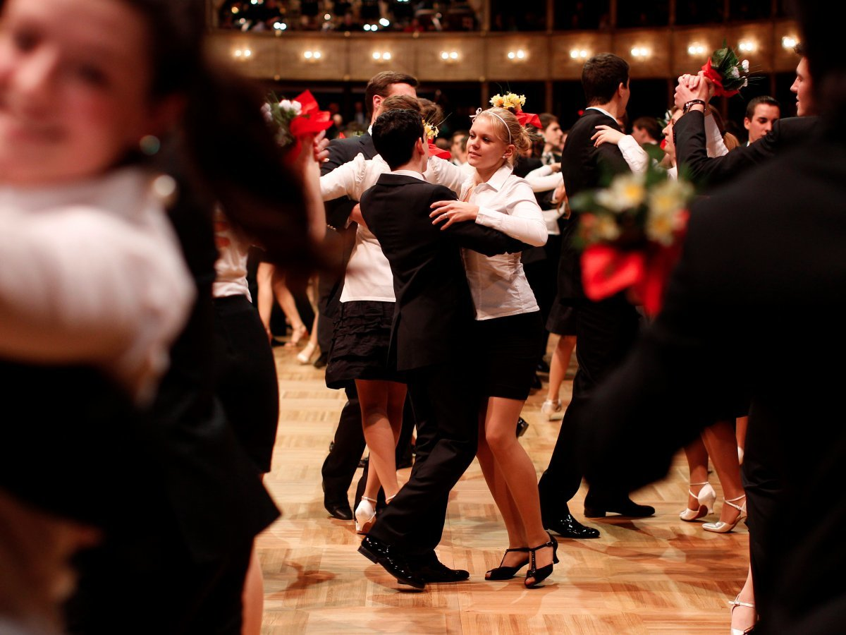 社交ダンスをする人々