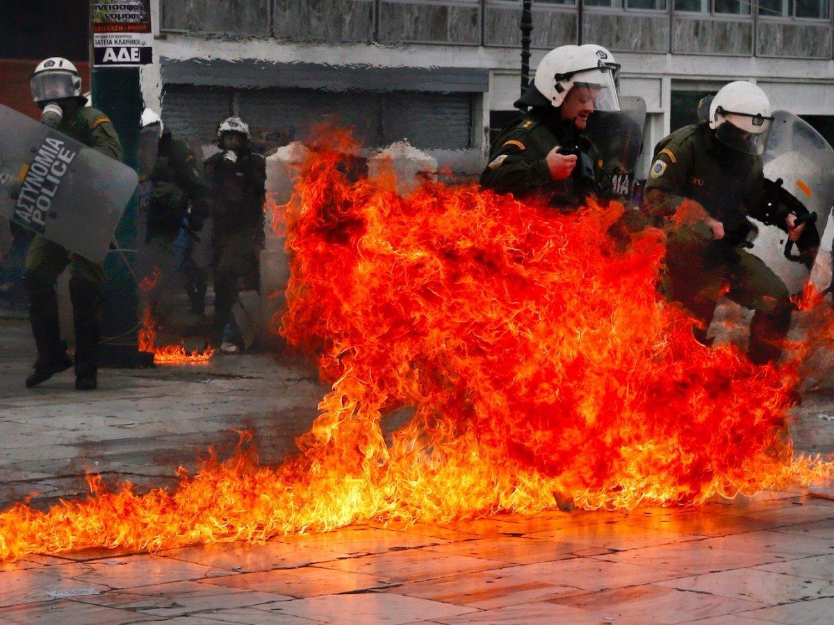 火薬爆弾が投げ込まれたギリシャの路上
