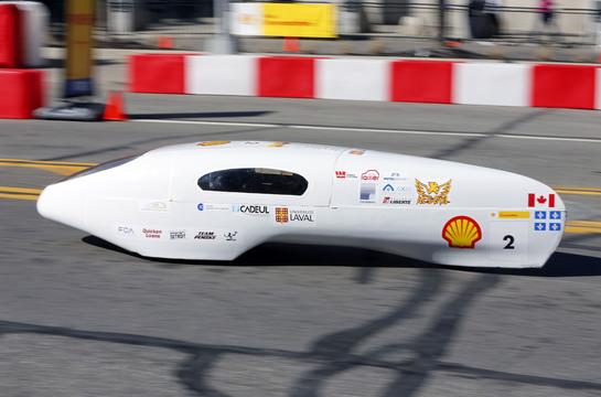 テストコースを走る、ラヴァル大学チームの走行車