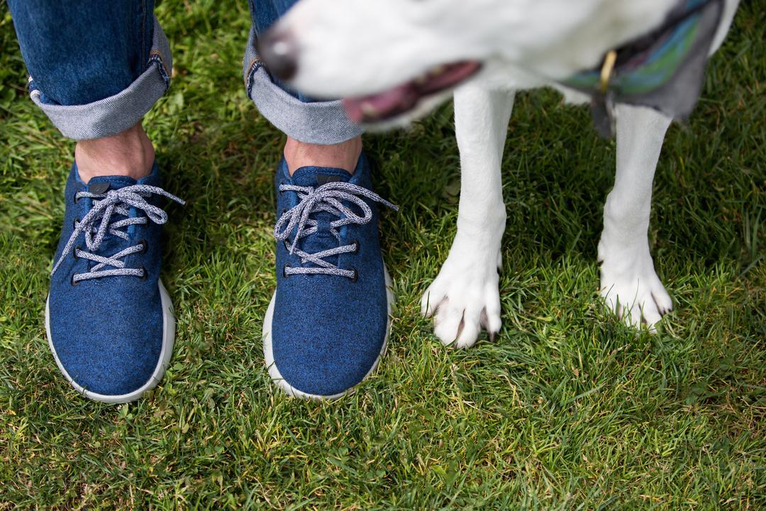 先行モデル「Wool Runners」を履いて芝生の上に立っている様子