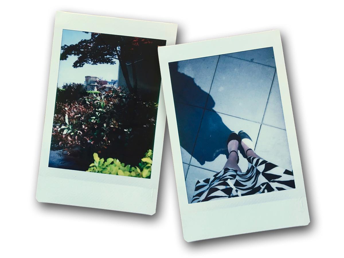 Instax MIni 9で撮影した木の写真と足の写真