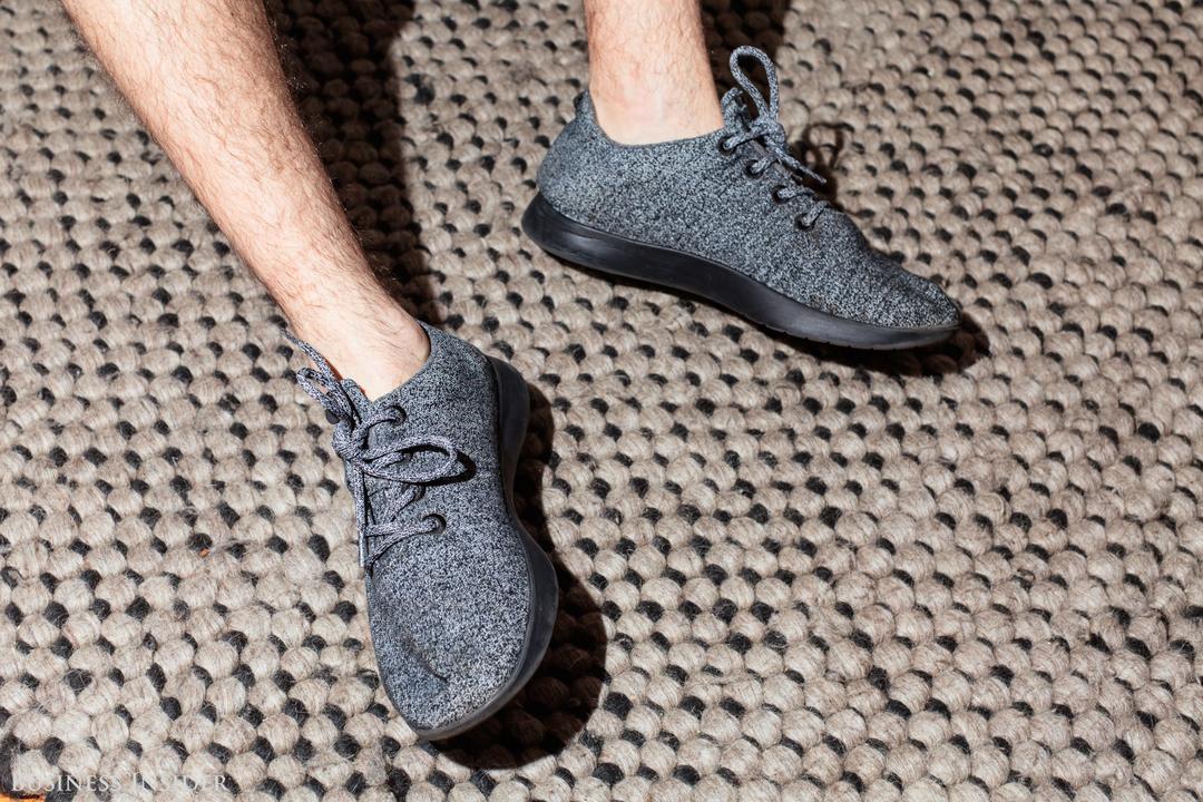 素足で先行モデル「Wool Runners」を履いた様子
