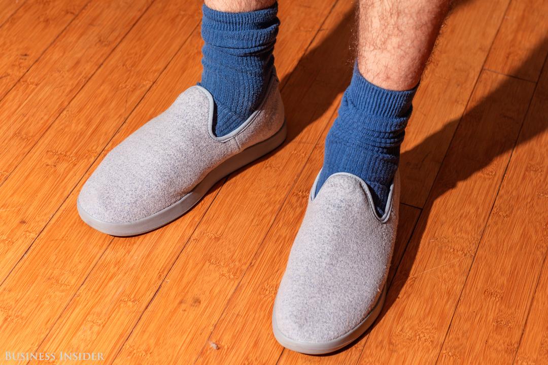 靴下を脱がずに新モデル「Wool Loungers」を履いた様子