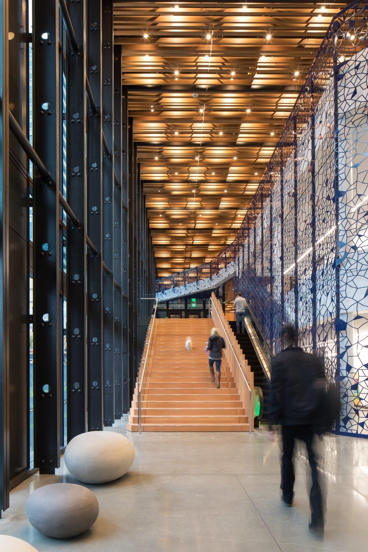 超高層ビルDay 1のロビー。階段周りは2階天井まで吹き抜けになっていて、とても開放的な雰囲気