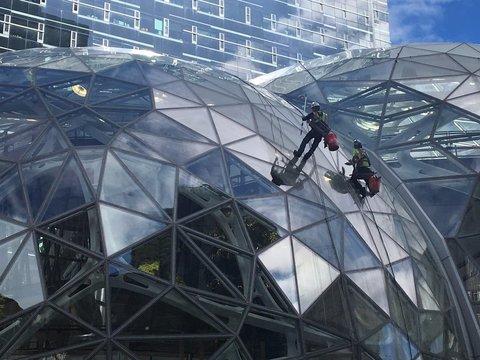 巨大なガラス張りドームの中は? アマゾン新本社を見てきた