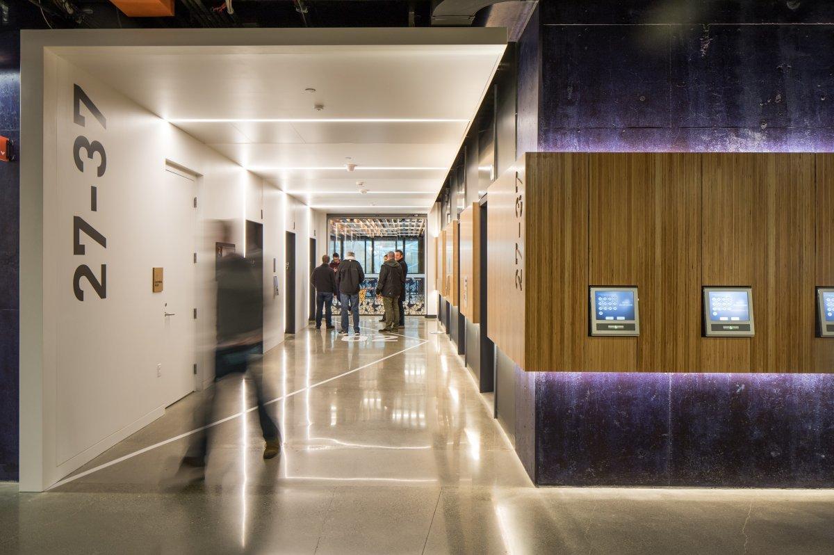 モダニズム建築を思い出させるシンプルな直線で構成された廊下