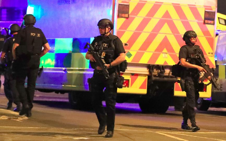 マンチェスター・アリーナ周辺を警護している武装警官隊