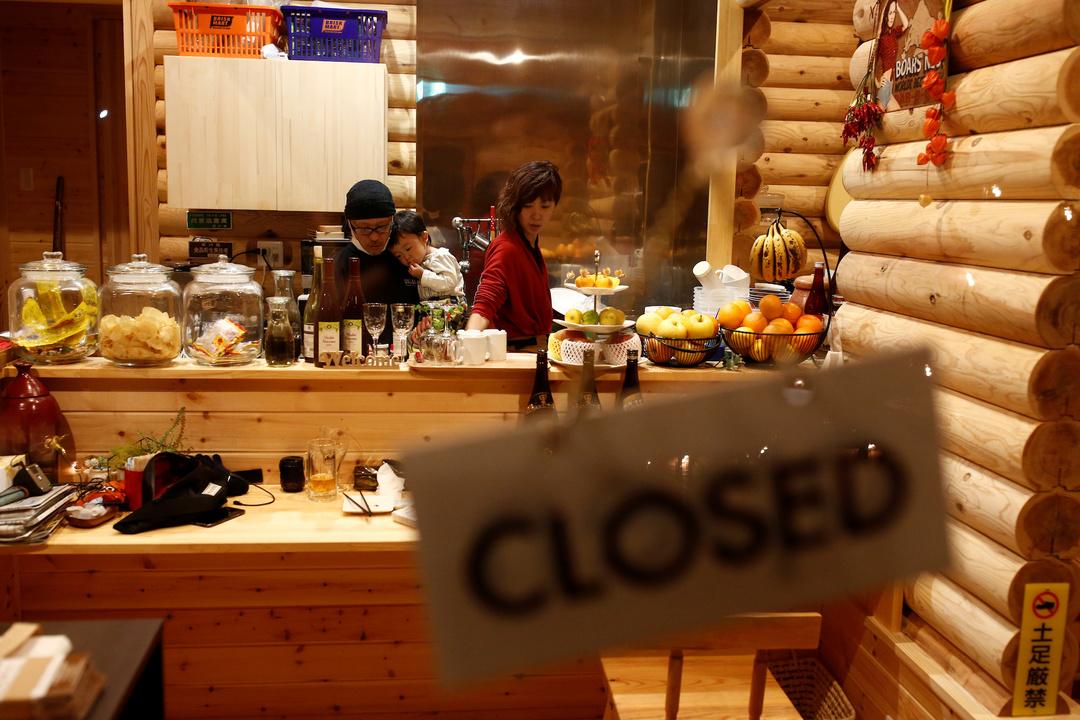 カフェのキッチンに立つ長田富士子さんと夫の泉さん