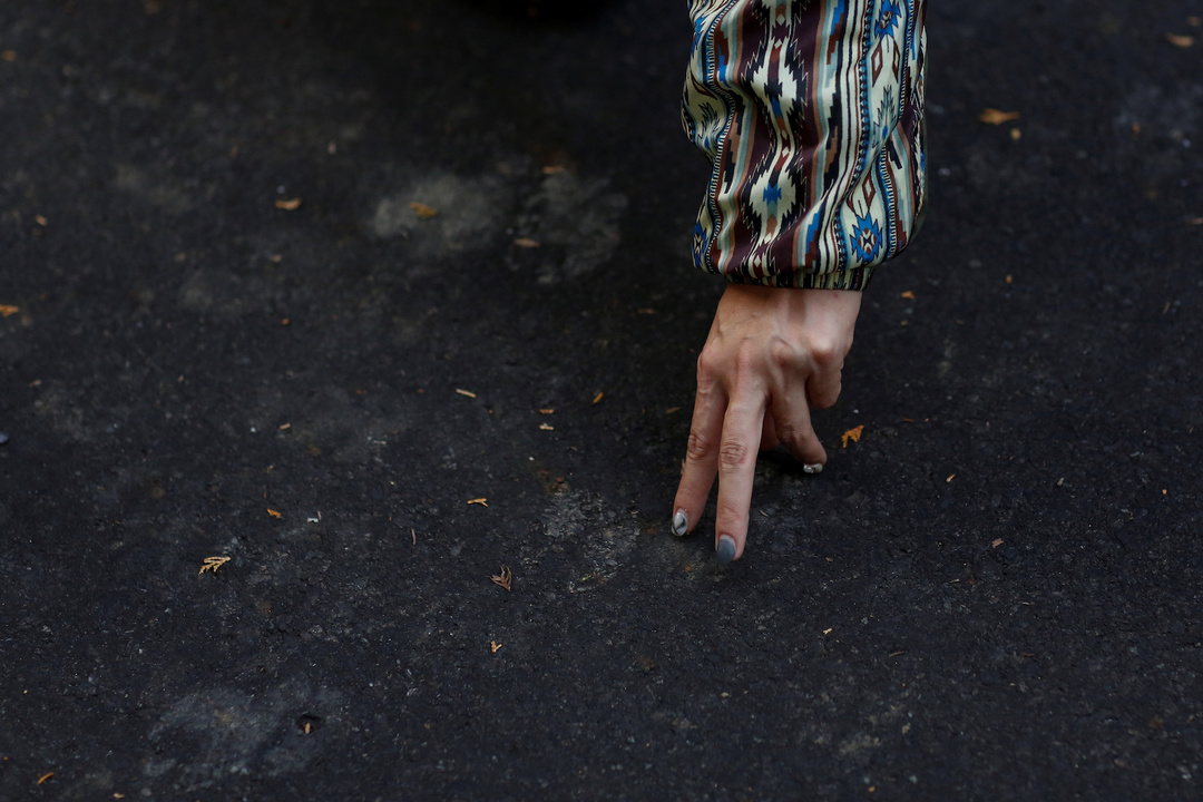 シカの足跡を示す漁師の指