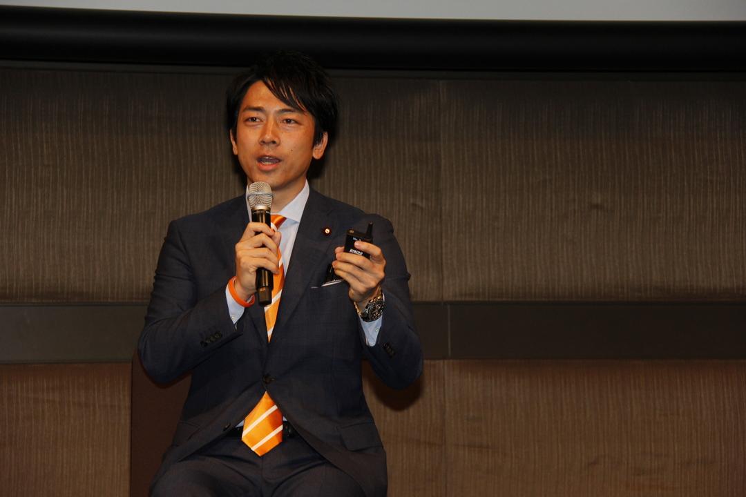 マイクを手に持ち話す小泉進次郎氏。