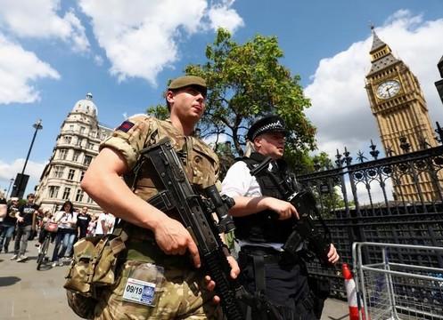 イギリスの自爆テロ、容疑者ネットワークを捜査 —— 捜査情報めぐり、イギリスがアメリカに怒り
