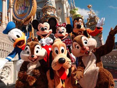 おなじみのディズニーのキャラクターたちが集合している写真