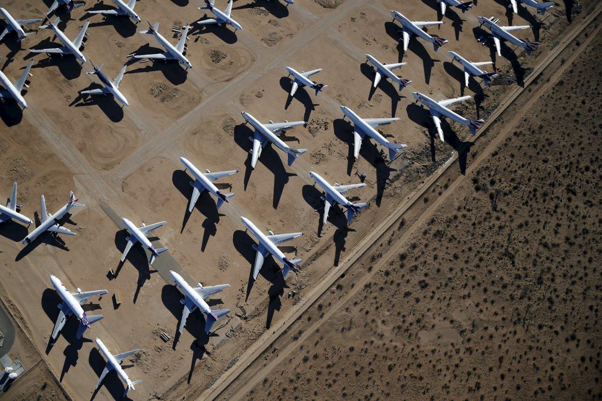 並んで置かれた飛行機