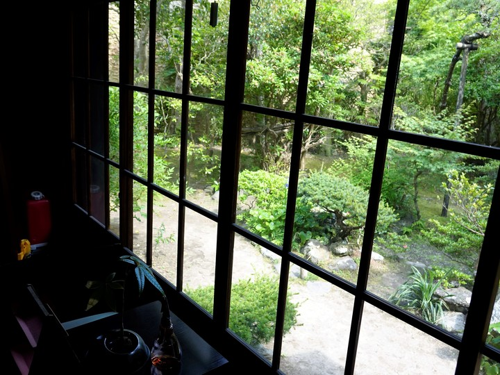 鎌倉投信の応接間から見える庭園
