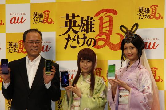 スマホを手に持ち報道陣に笑顔を見せる田中社長(左)、有村架純さん(中央)、菜々緒さん(右)