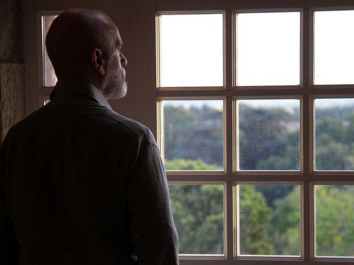 家の中で窓の向こうを見つめながら、外へ出ていきたそうにしている人