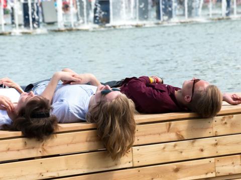 川辺で日光浴する人たち