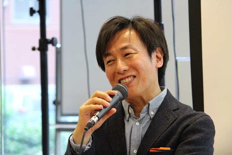 マイクを手に語る、サイボウズの青野慶久社長
