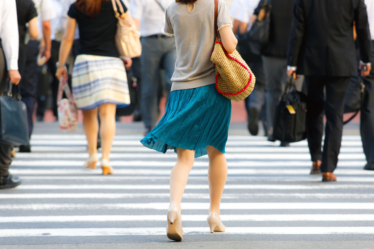 交差点を渡る、働く女性たち