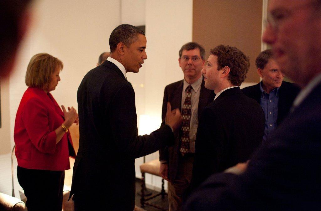 オバマ大統領(当時)と面会するザッカ―バーグ