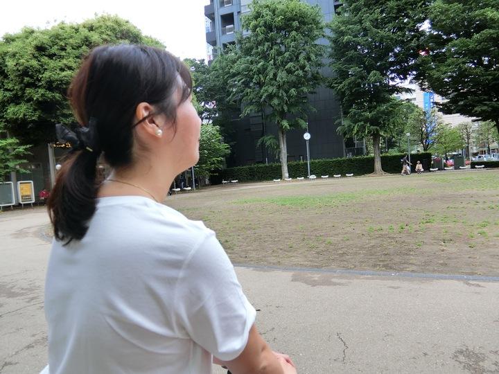 公園でインタビューに答える女性