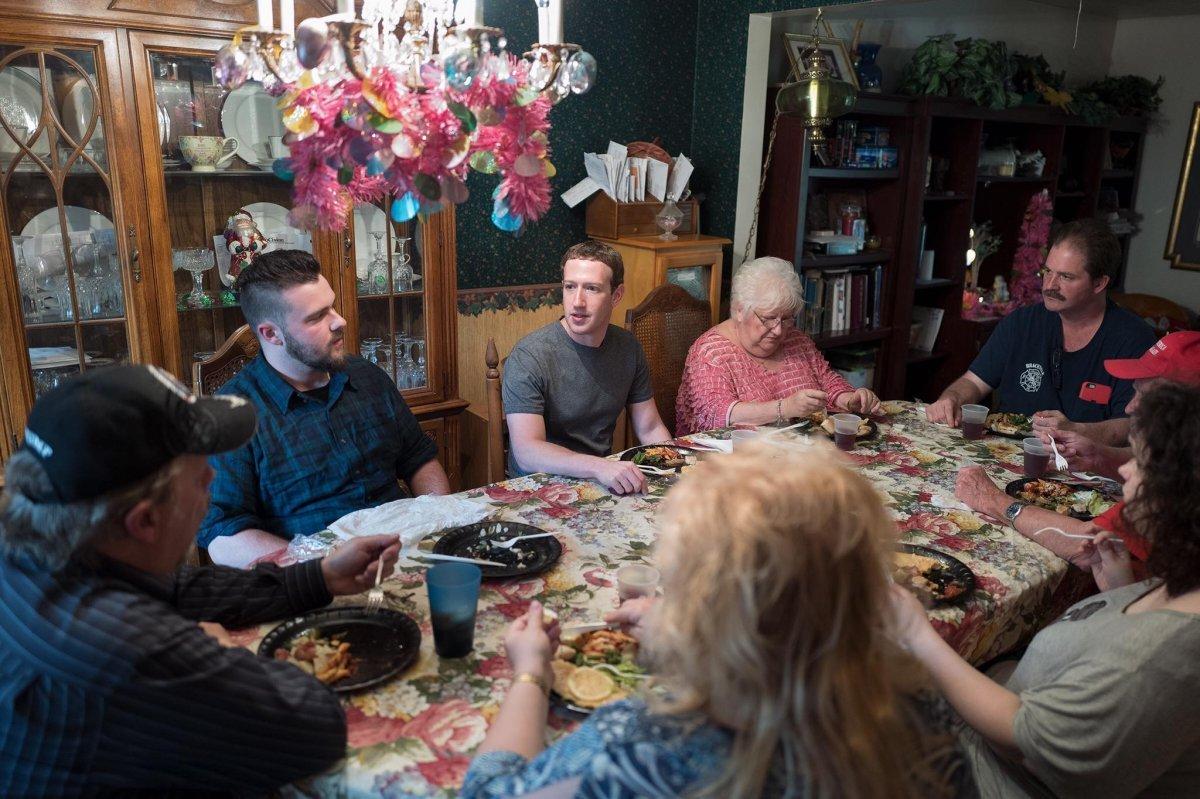 オハイオ州のトランプ支持者家族の夕食に同席するザッカ―バーグ