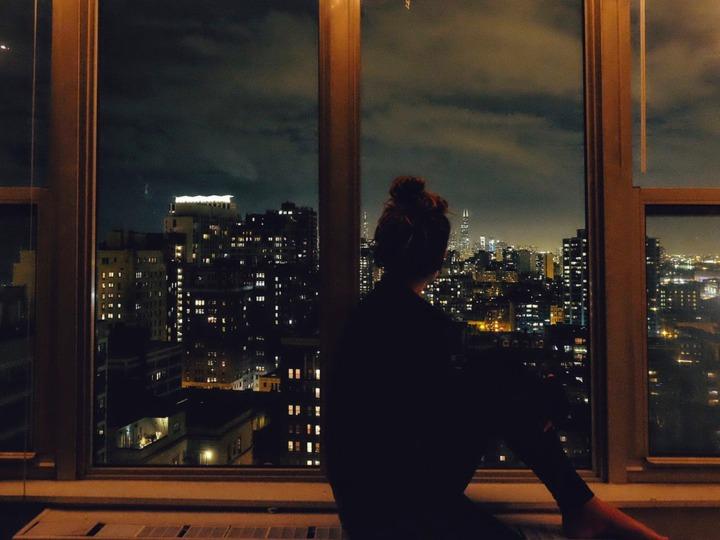 窓の外を見る影