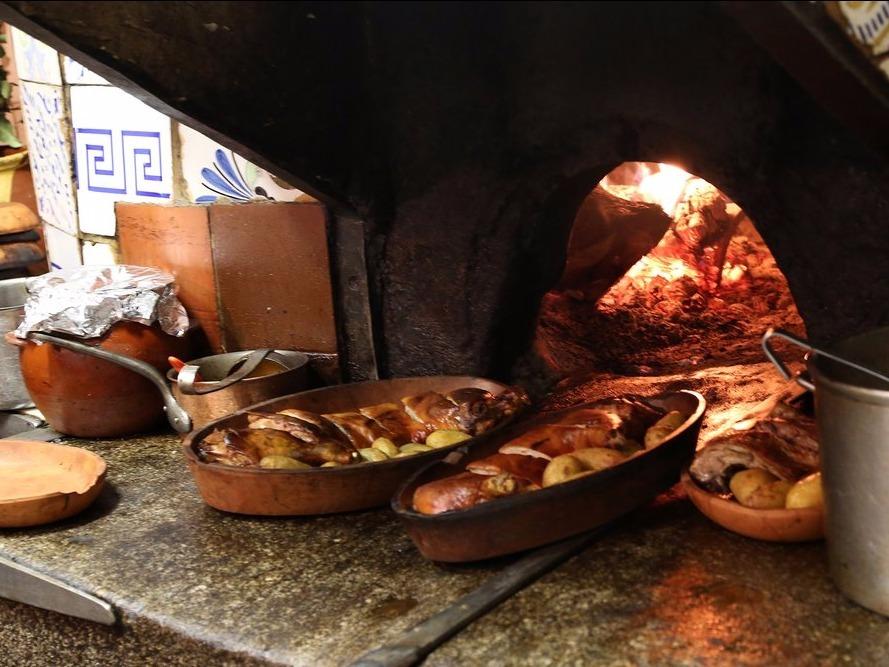 鋳鉄製オリジナルオーブンでローストされる子豚