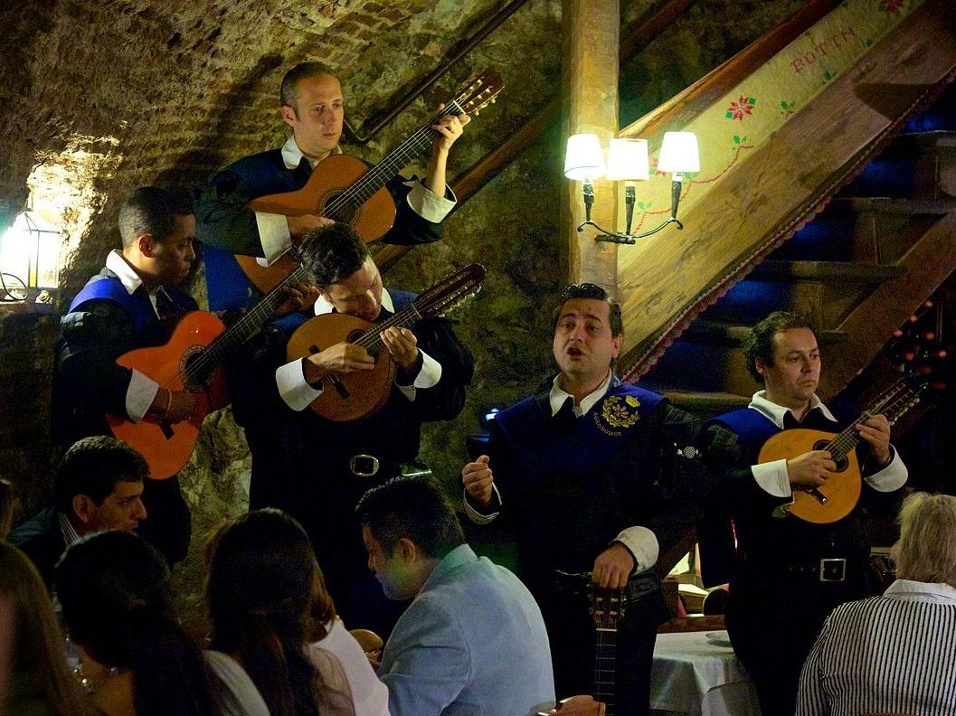 店内で、スペイン音楽の生演奏が行われている