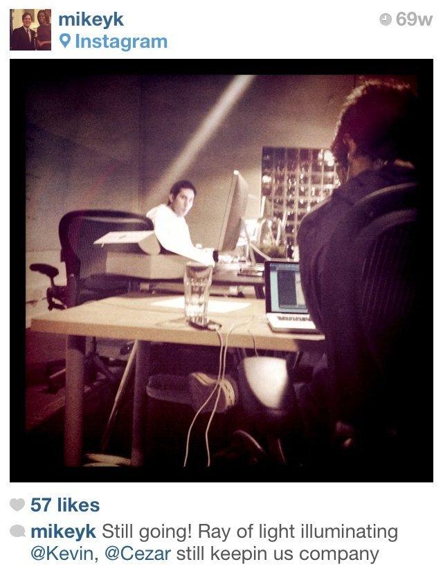 Instagramのオフィスで同僚と深夜まで働くマテイ氏。