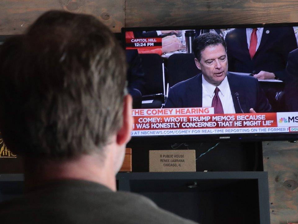 コミー氏の議会証言の様子をテレビで見ている人