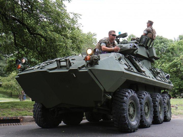 LAV ‐25の上に座っている海兵隊員の2人