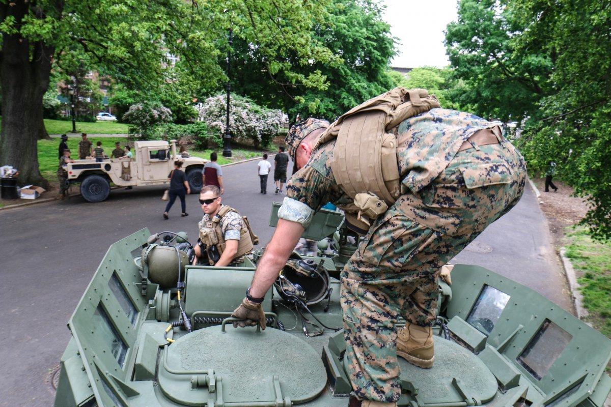 ハッチに手を掛ける海兵隊員