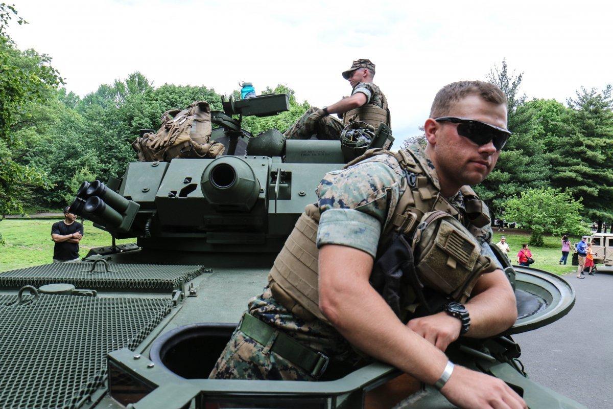 ハッチから身を乗り出す海兵隊員