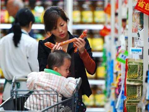 肉製品を選ぶ母親