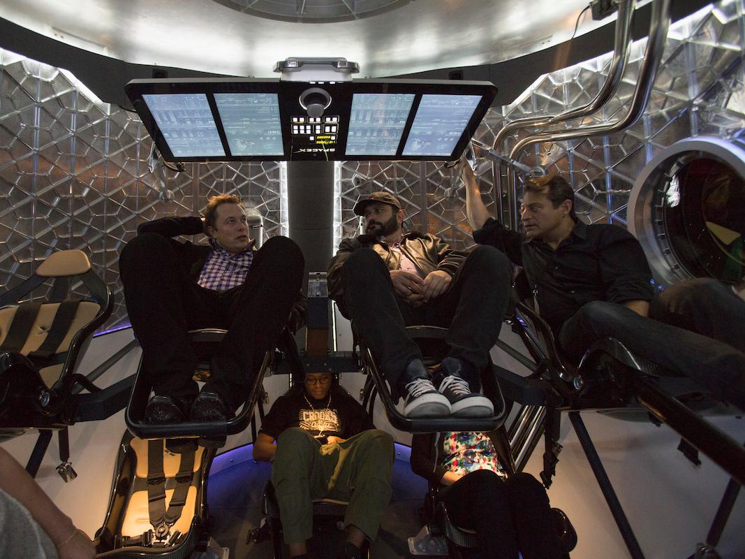 SpaceX dragon v2の内部でのイーロン・マスク氏