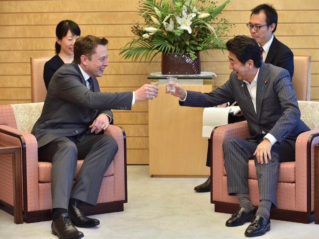 安倍晋三首相と会談するイーロン・マスク氏