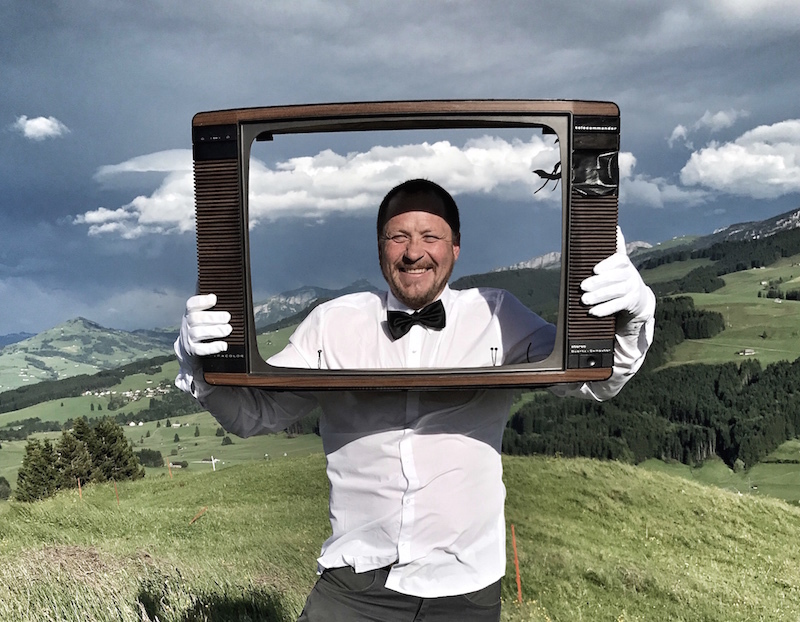 執事が、テレビフレームを通して、天気予報やその日のニュースを教えてくれる。